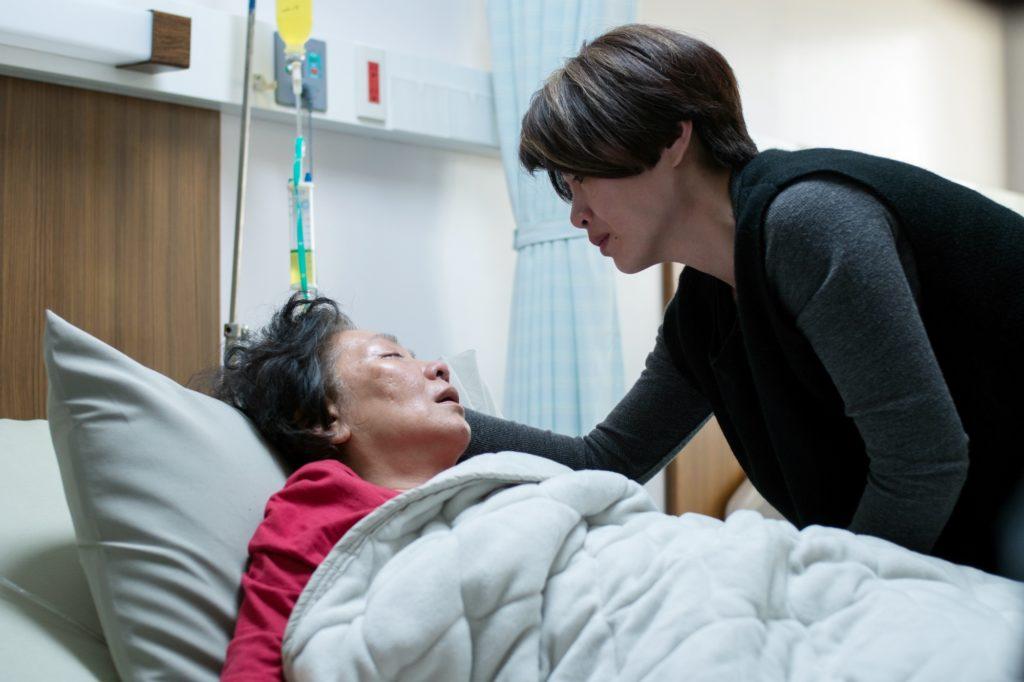 鮑起靜在電影《生生》中,飾演癌症末期生命倒數一百天的網紅奶奶,與台灣演員嚴藝文有一段母女情。