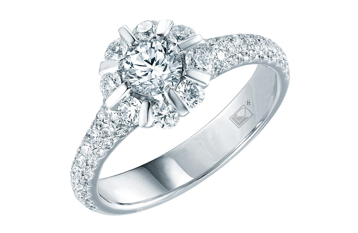 經典系列綻放指環,鑲有76顆共重1.032卡鑽石。精工獨特雅致,呈現萬花繽紛盛放美態;指環外圍以小鑽縈繞中央主鑽,閃爍生輝。
