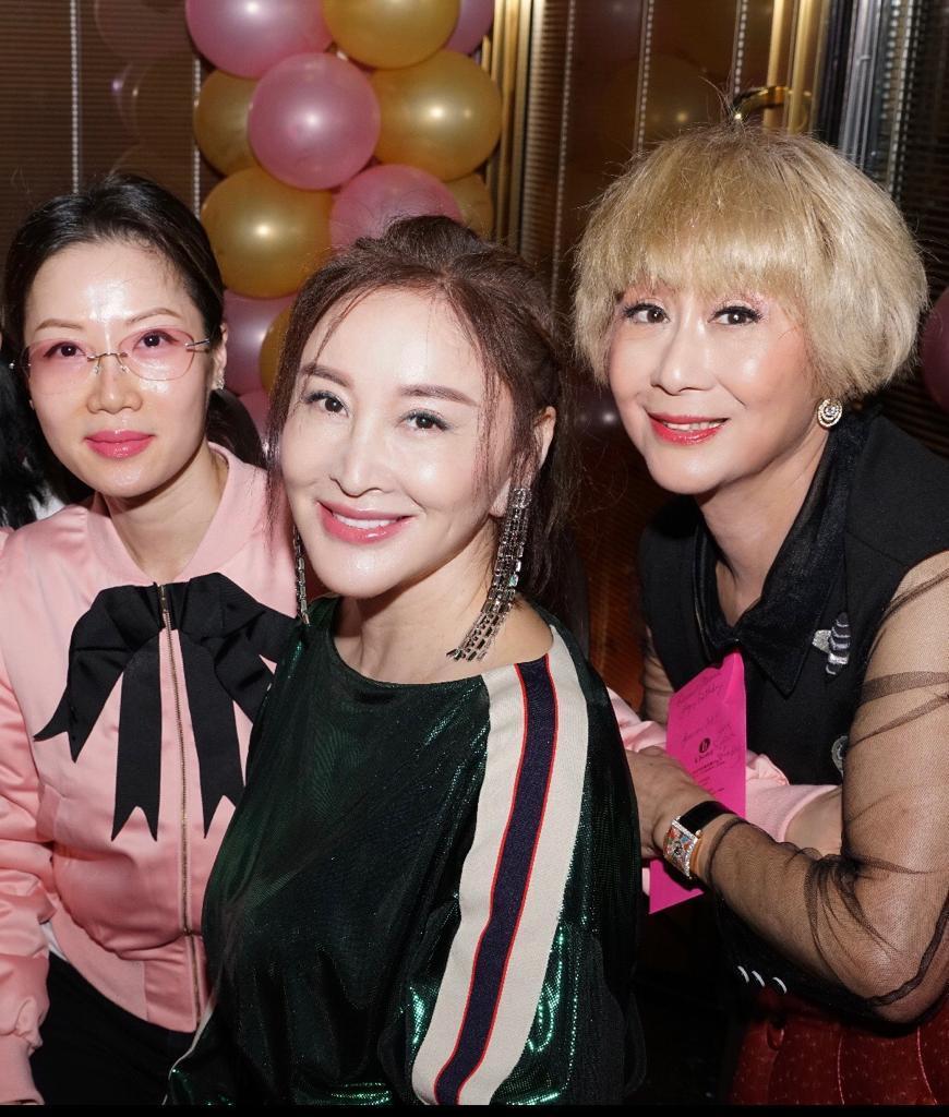 派對除有久違了的樂蓓,于莉更專程從北京飛來,為契姐賀壽。