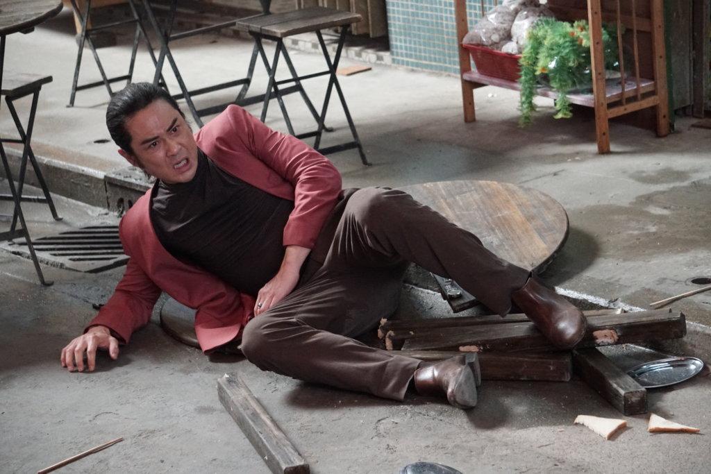 鄭嘉穎戲中被張晉一腳踢到飛起,撞爆木枱,原本已試位幾次,怎知正式時才受傷。
