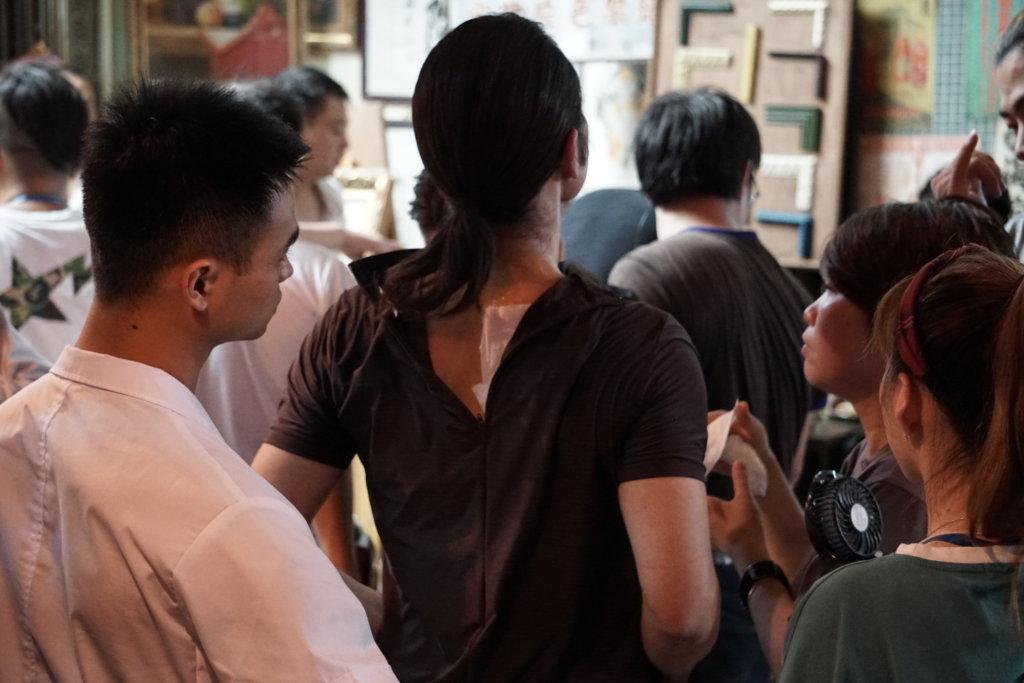 嘉穎撻落地時,不慎拉傷頸部,要工作人員為他敷冰。