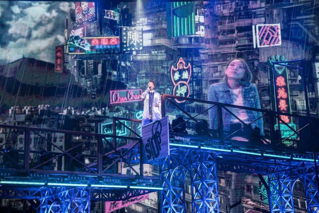 小春唱了《成王敗寇》、《友情歲月》等耳熟能詳的廣東歌,配合舞台的香港霓虹燈,把九十年代香港街頭重現。