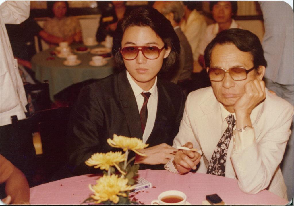 周啟生年輕時穿上契爺胡楓穿過的西裝,與甘草演員父親周吉合照。