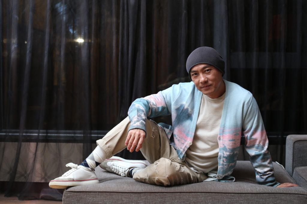 張衛健自言生活簡單,不穿名牌,笑言平日跟許志安打桌球,穿牛仔衫褲也型過他。