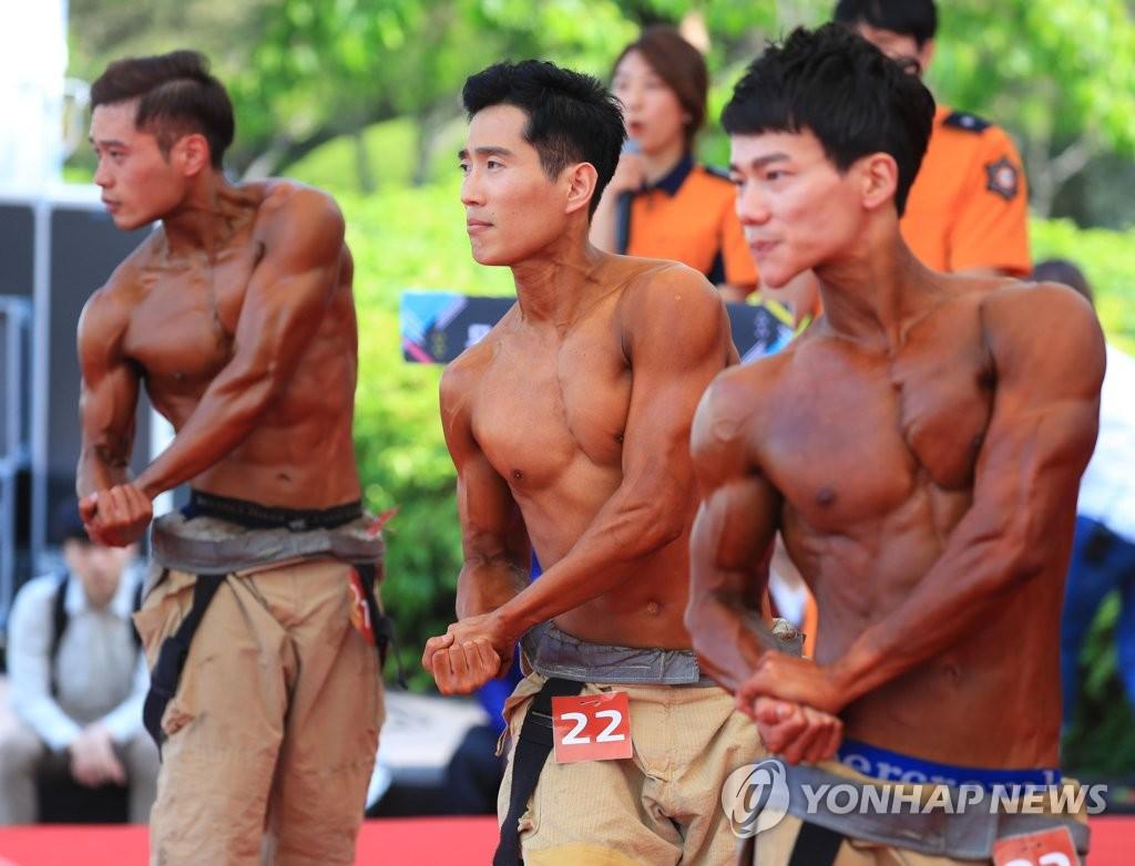 每年五月,首爾的消防內部都會選出十二位爆肌型男。