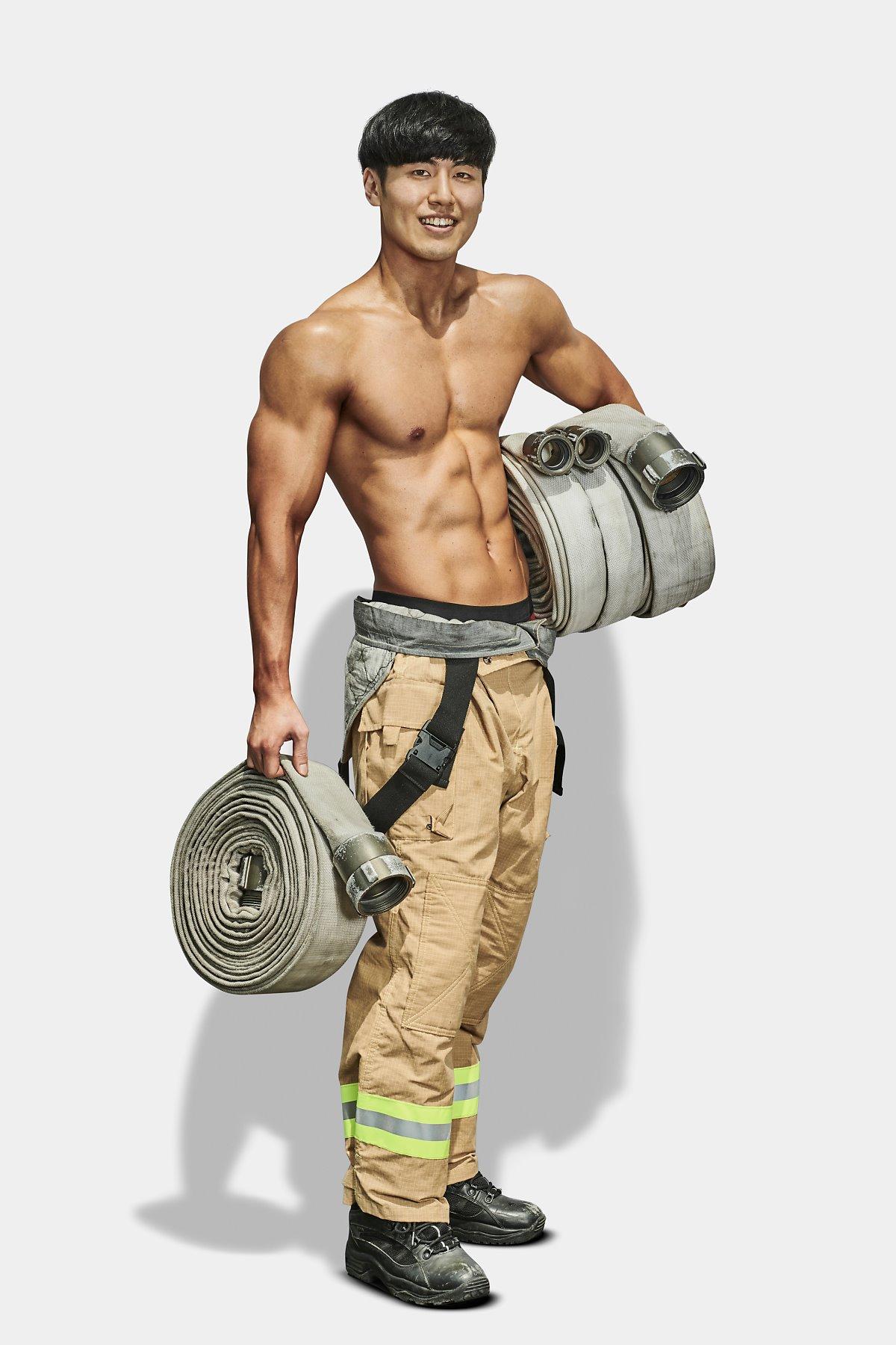 用來救火的消防喉轆非常重,想不變大隻都難!