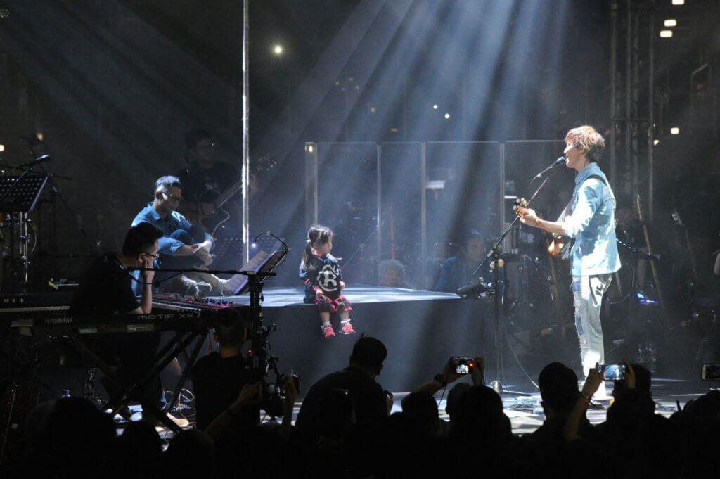 阿偉說兩年前的Rubber Band演唱會,G.I.坐定定聽他送給她的歌曲,非常感動。