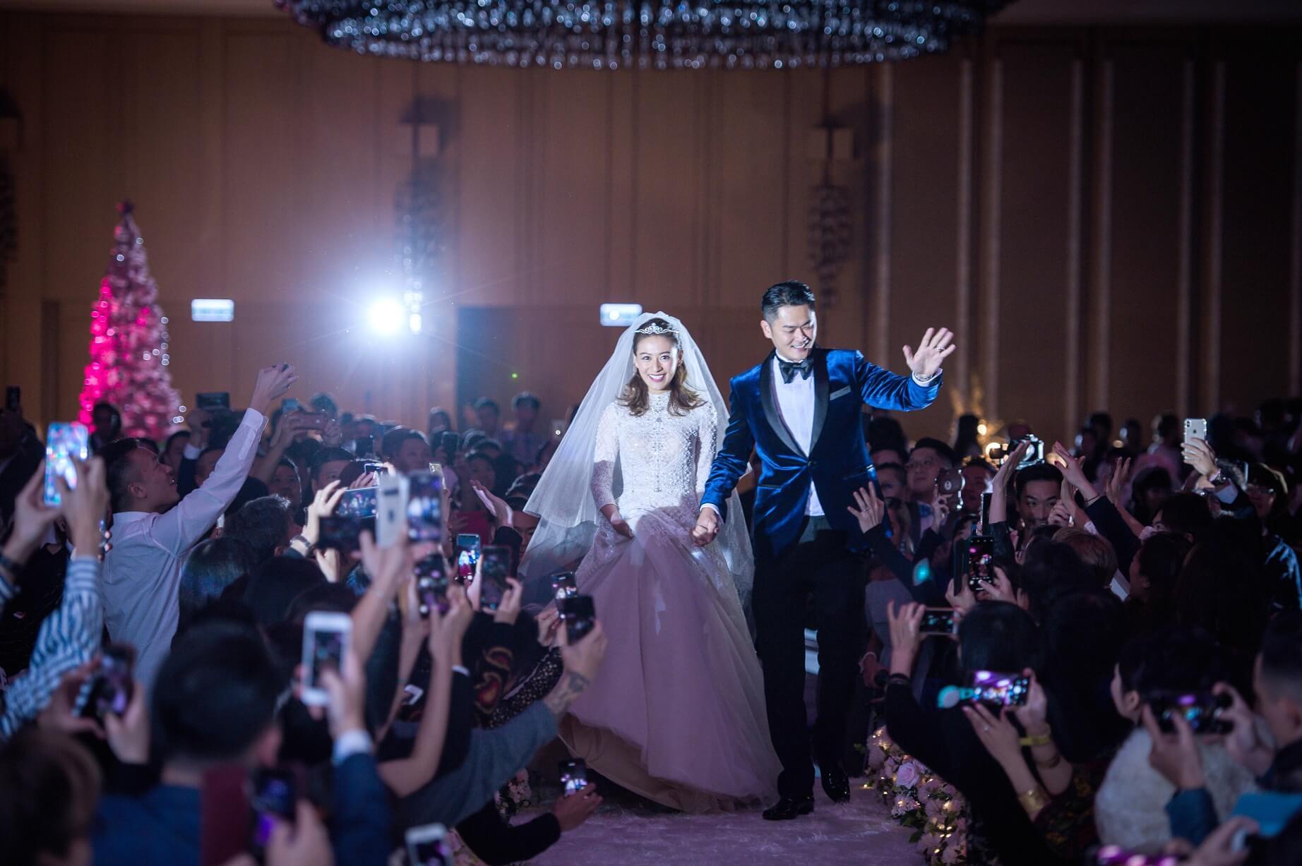 江若琳為給老公驚喜,刻意保密婚紗款式,當她出場時,老公忍不住流下男兒淚。