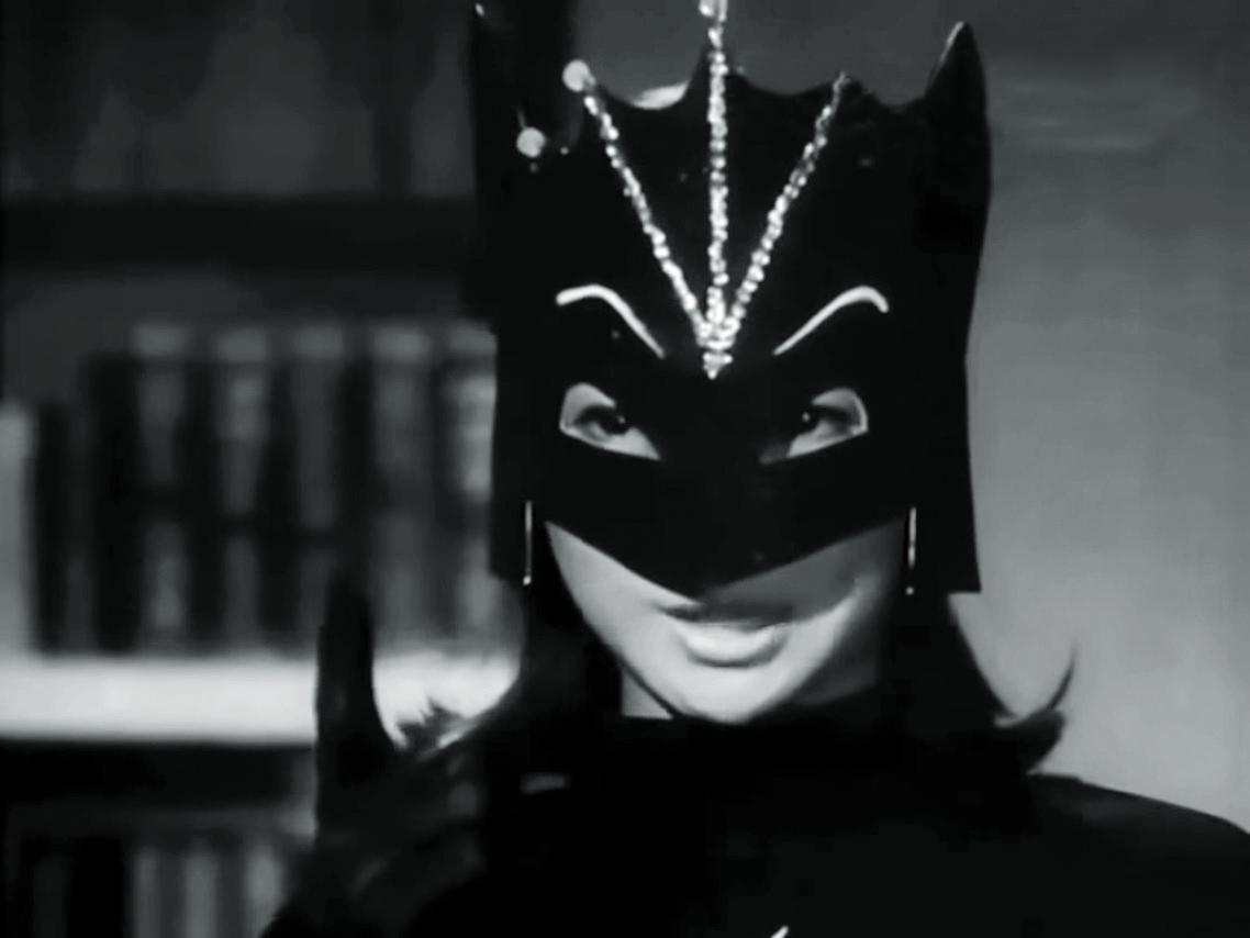 作家施威筆下的蝙蝠女,平日需要有另一重身份,「大近視表妹」如是派上用場。