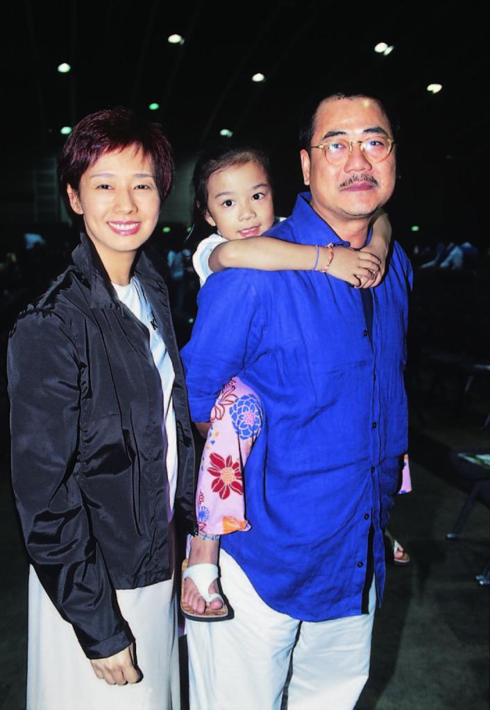 區丁平與毛舜筠當年仍然只有一女的時候,爸爸背着女兒一家三口出席活動。
