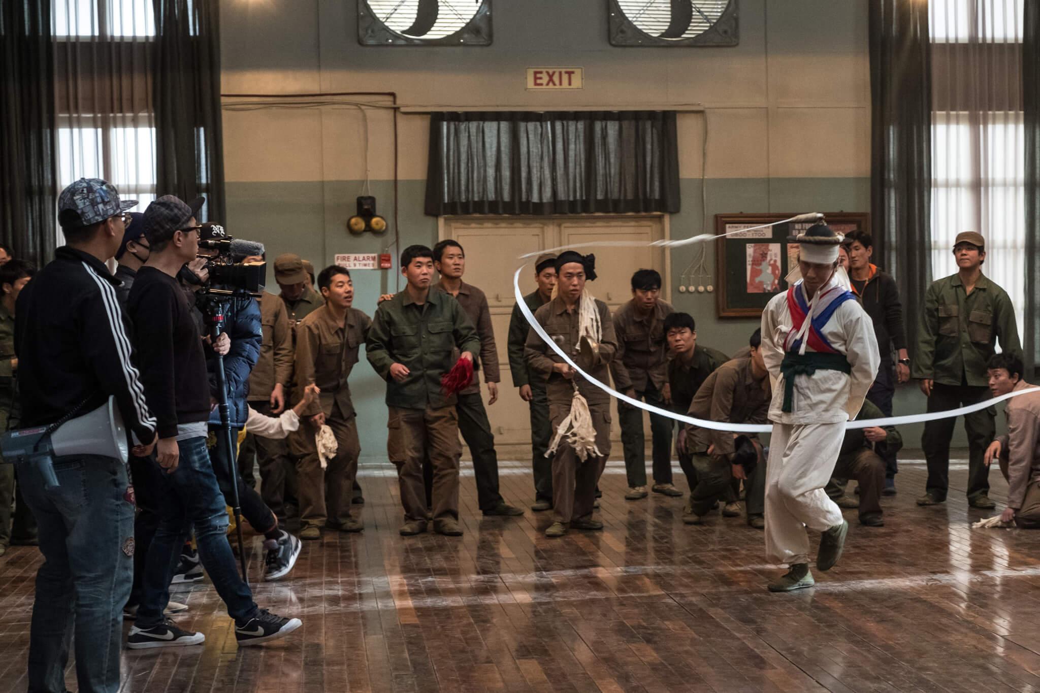 患有骨質疏鬆症的吳政世不止跳踢躂舞,還要學習傳統「象帽舞」,事關戲中他原本是象帽舞表演者,為了變得有名找回失散妻子而加入SWING KIDS。