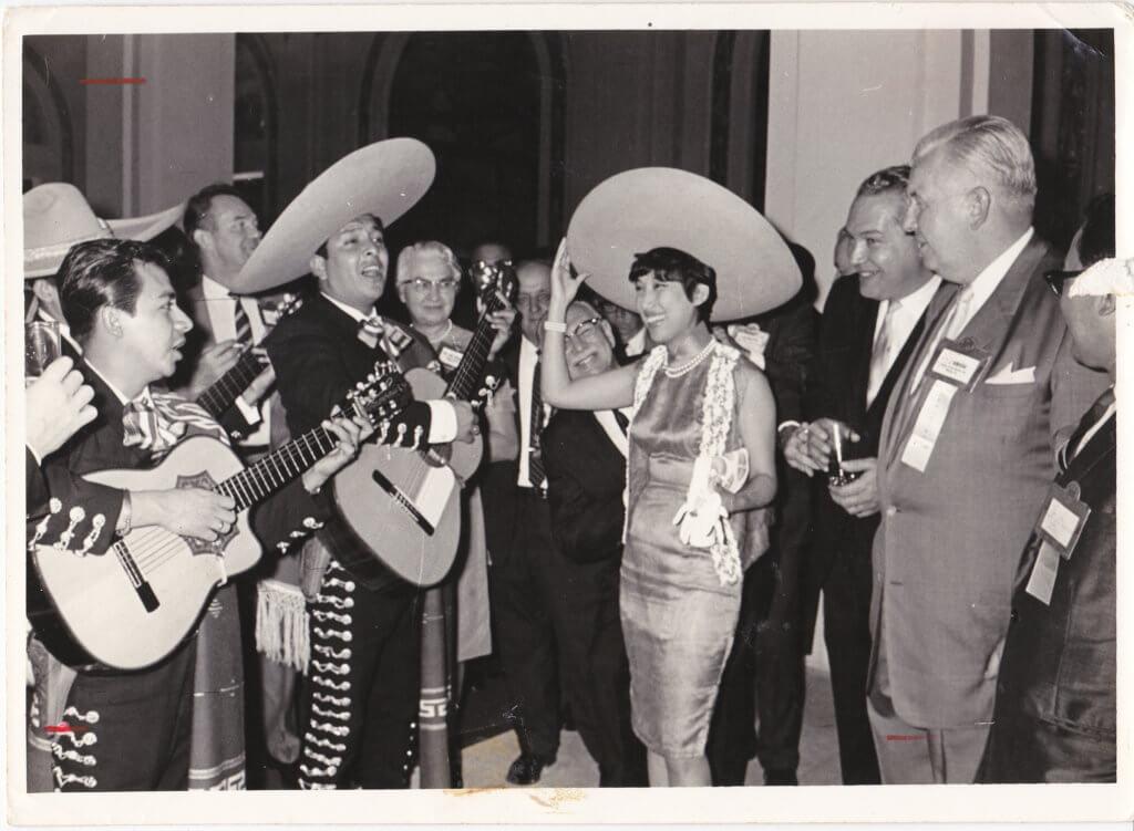 潘迪華常與不同國籍的音樂人合作,唱中曲西詞介紹中文歌給外國人認識。