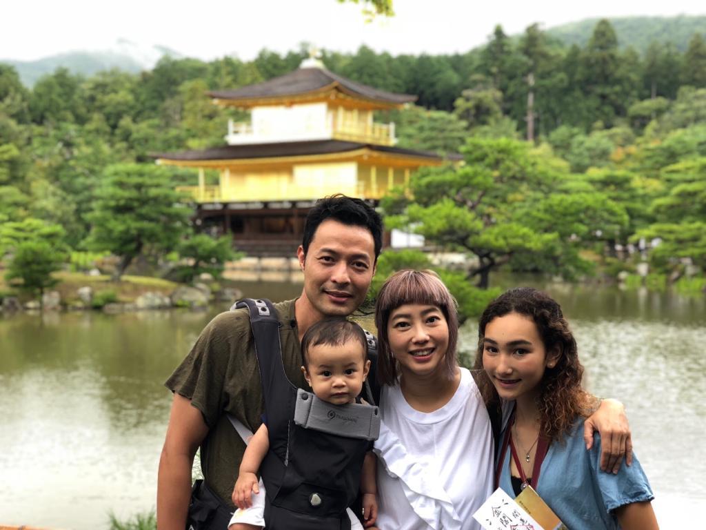 張達倫一家四口早前去日本旅行,繼女Chloe(右)已經十五歲,父女以朋友方式相處,關係融洽。