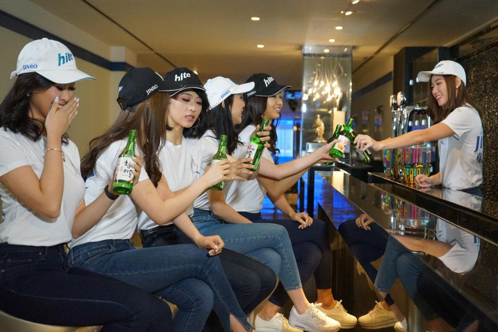 一眾佳麗早前在韓國酒廠拍攝,大談酒後趣事,香港賽區季軍林孜沬自爆曾經飲醉斷片,被媽媽痛斥。