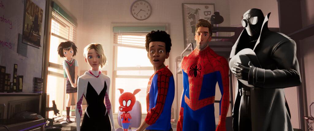 (左起)佩妮柏加、桂恩史德西、蜘豬俠、麥爾斯、彼得柏加及暗影蜘蛛俠,這六位來自不同時空的蜘蛛俠聚首,帶來非常破格的故事。