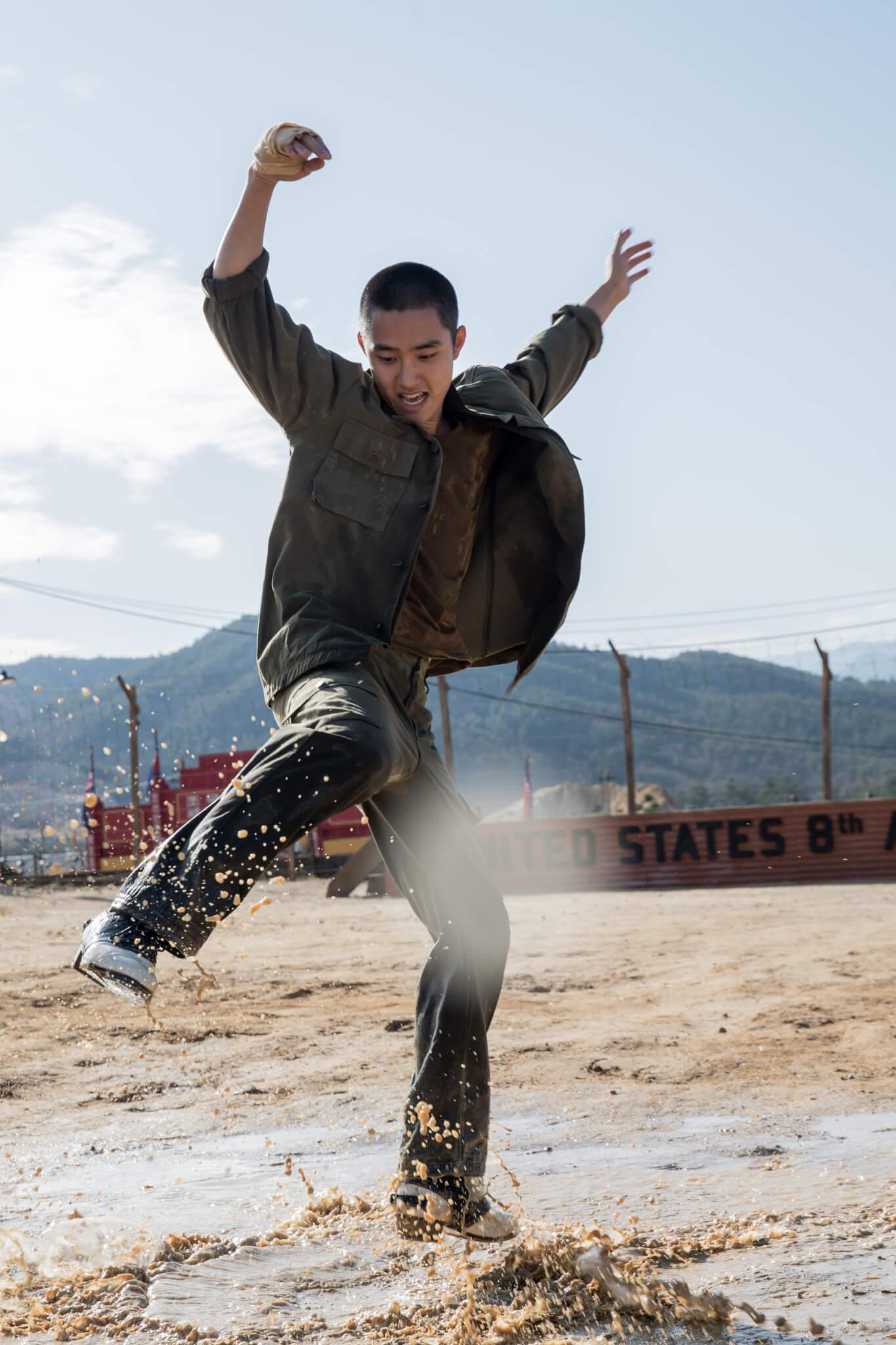 身為偶像歌手的D.O.不但要剃平頭,練習北韓語,還花了足足半年時間不斷苦練踢躂舞,跳到雙腳起水泡!