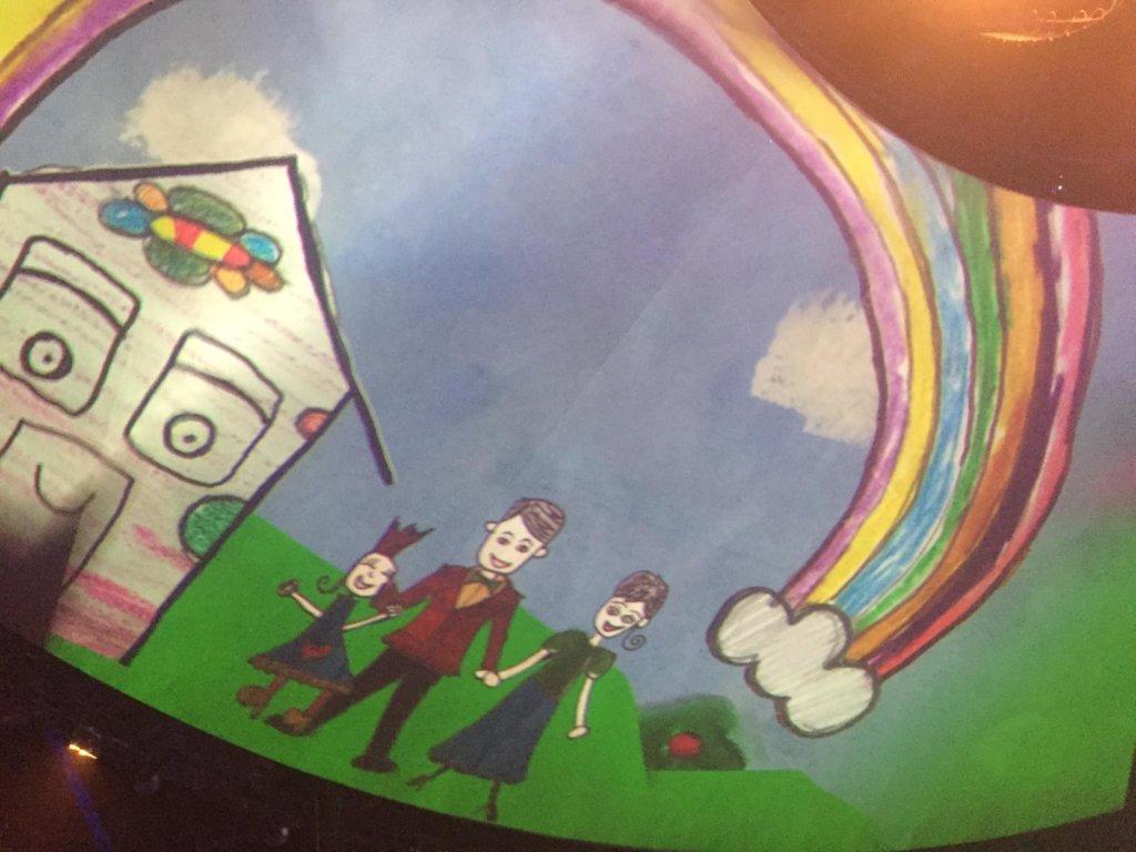 天幕投映了六歲向蕙的畫作,這是女兒的學校功課,畫功遺傳了爸爸藝術天分。