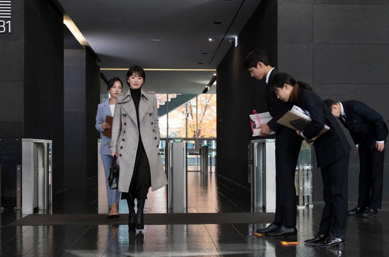 秀賢和振赫身分懸殊,起初在公司只能不認識。