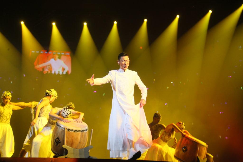 穿上一身唐裝的華仔,獻唱《中國人》後,脫下外衣打鼓,氣勢磅礡。