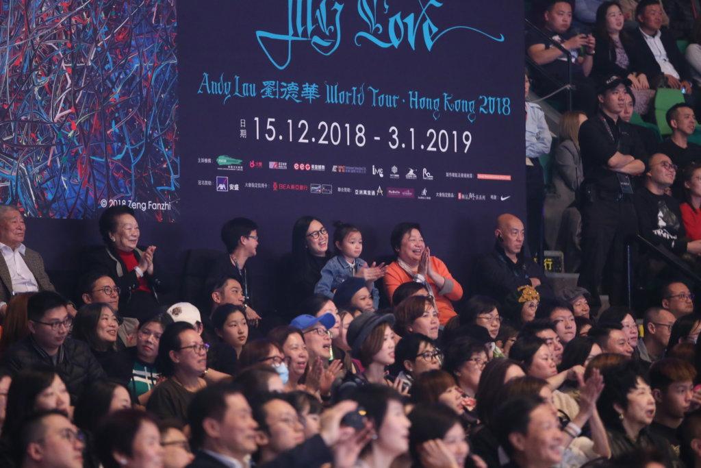 太太朱麗倩和女兒向蕙首次坐在控制台前欣賞,朱麗倩不時熱烈拍掌。