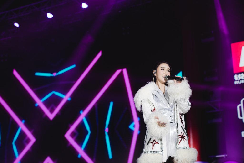 患上感冒的薛凱琪在台上表現得龍精虎猛,不過表演完畢就感到疲憊不已。