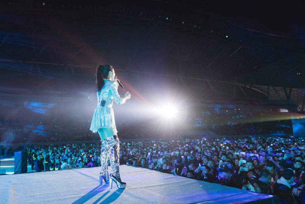 薛凱琪早前在肇慶為光影藝術節演出,現場有過萬名觀眾,場面盛大。