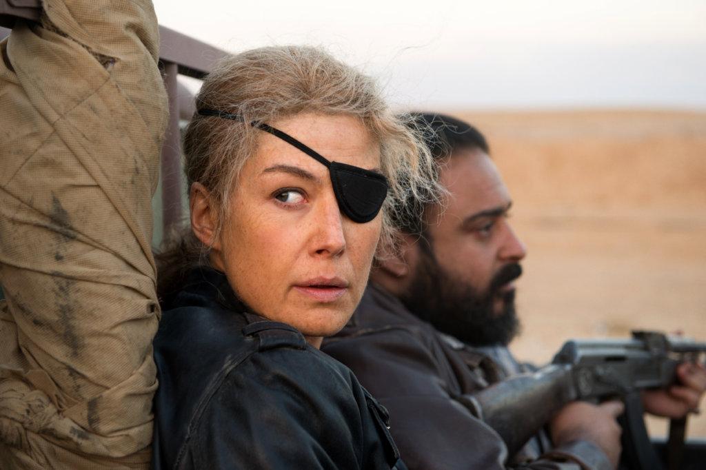 露莎蒙碧姬飾演的獨眼戰地女記者,在戰場上出生入死。