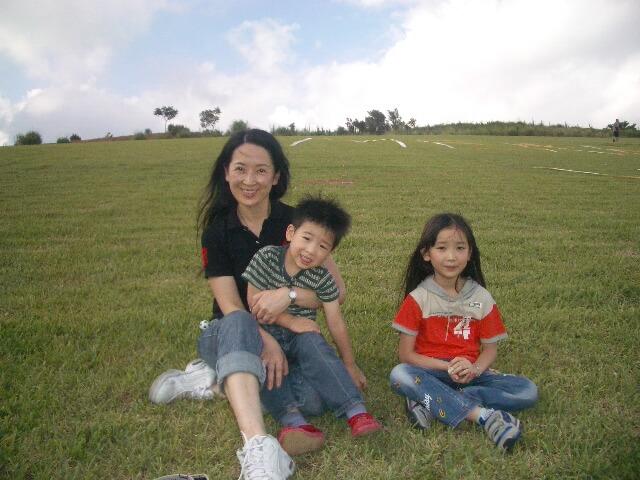 龔慈恩悉心栽培一對子女林愷鈴和林卓毅,希望他們接觸多些文化和新事物。