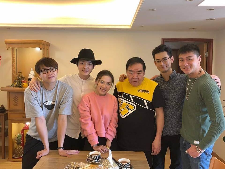 一眾後輩子涵、吳業坤、蔡瀚億、何浩文和黃浩然去年到鄭則仕家拜年,吃了好味的蘿蔔糕。