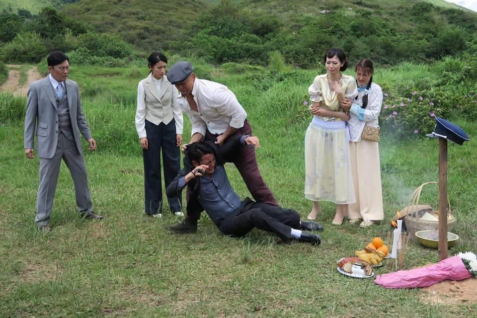 洪永城殺了好兄弟徐榮,被李嘉狂毆瞓在地上,這場戲打得十分逼真。