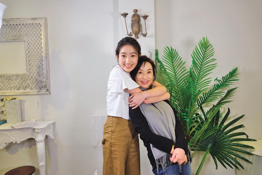女兒Ashley林愷鈴入讀港大建築系,跟媽媽簽同一公司入行,一起拍廣告。