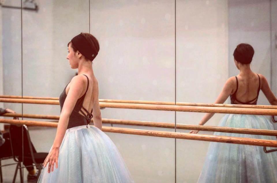劉心悠最近跳芭蕾舞,要穿露背舞衣。