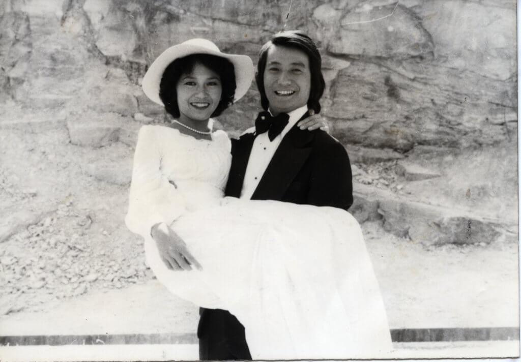 石修與太太茹麗在記者合力協助下,在新娘潭拍結婚照。