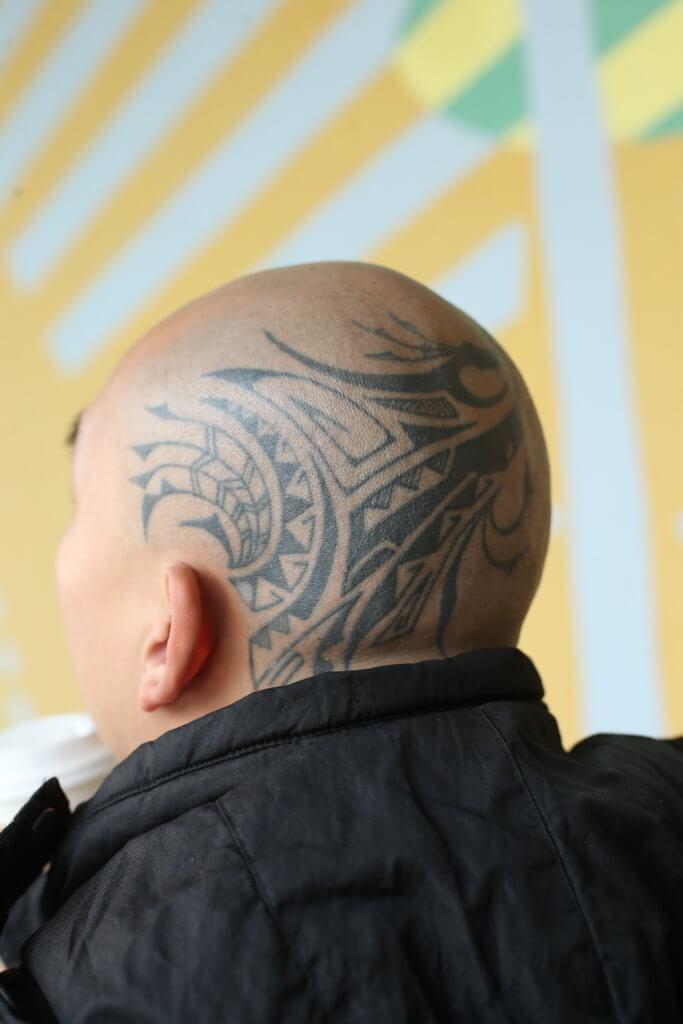 李嘉身上每個紋身都是提醒自己一件事,頭上的紋身是提醒在蒙古跟摔交手比試時輸了。