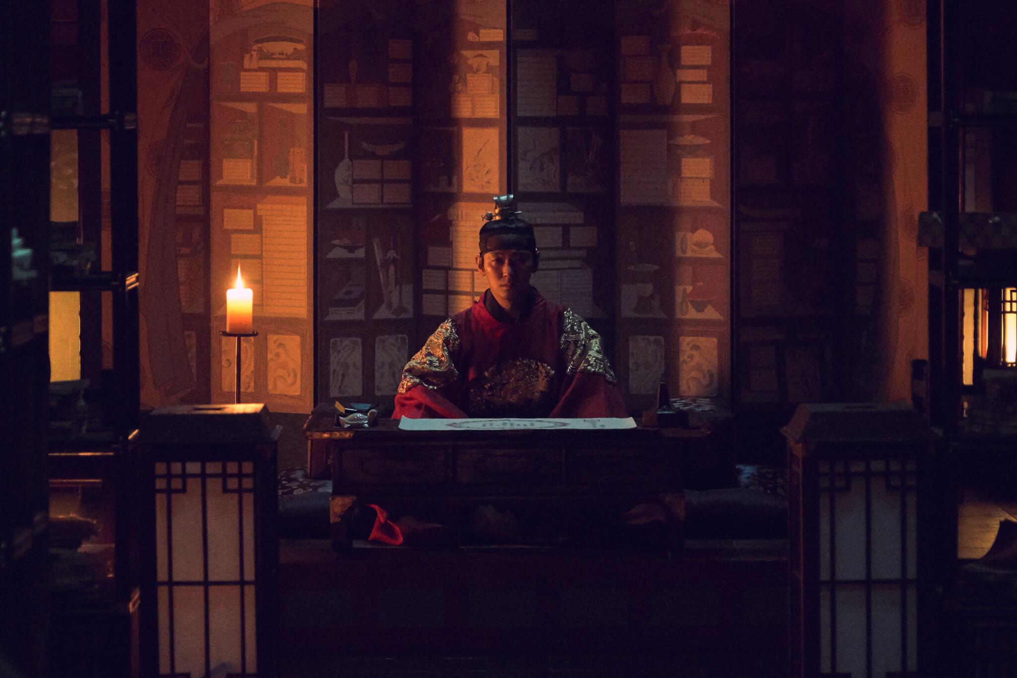 朱智勛飾演王世子不見得舒舒服服,從第一集出宮以後就嘗盡苦頭,還要極力逃過喪屍噬咬。