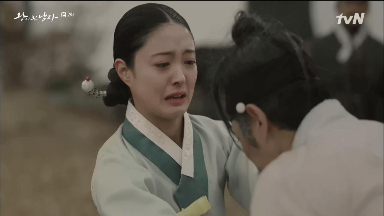 李世榮飾演的王妃,因河善成為王後,免其父親死罪。