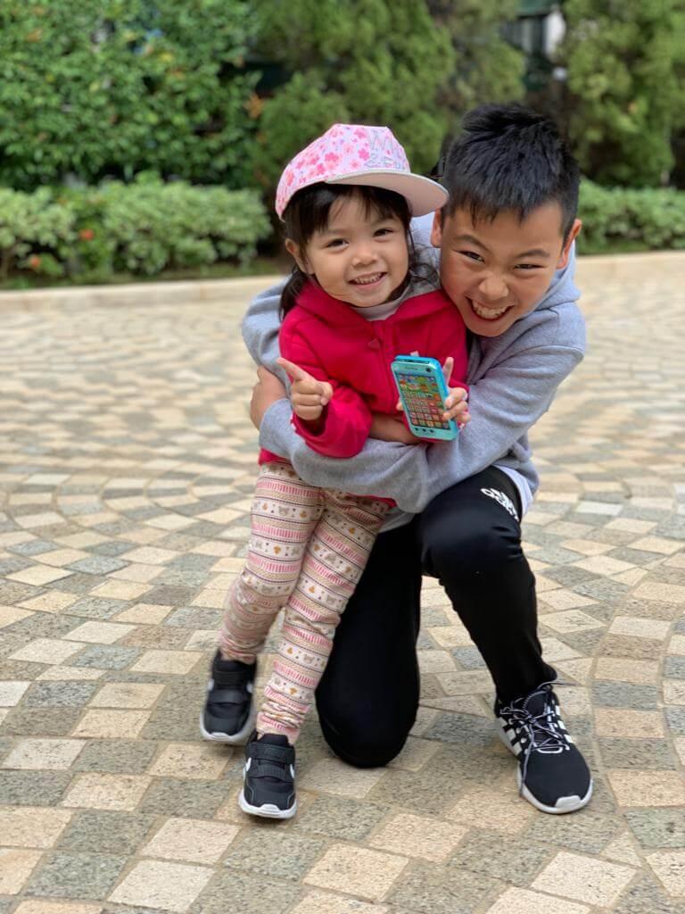兒子徐朗熱愛足球,目前踢港隊U12,雖然跟妹妹相差九年,不過兩兄妹感情極好。