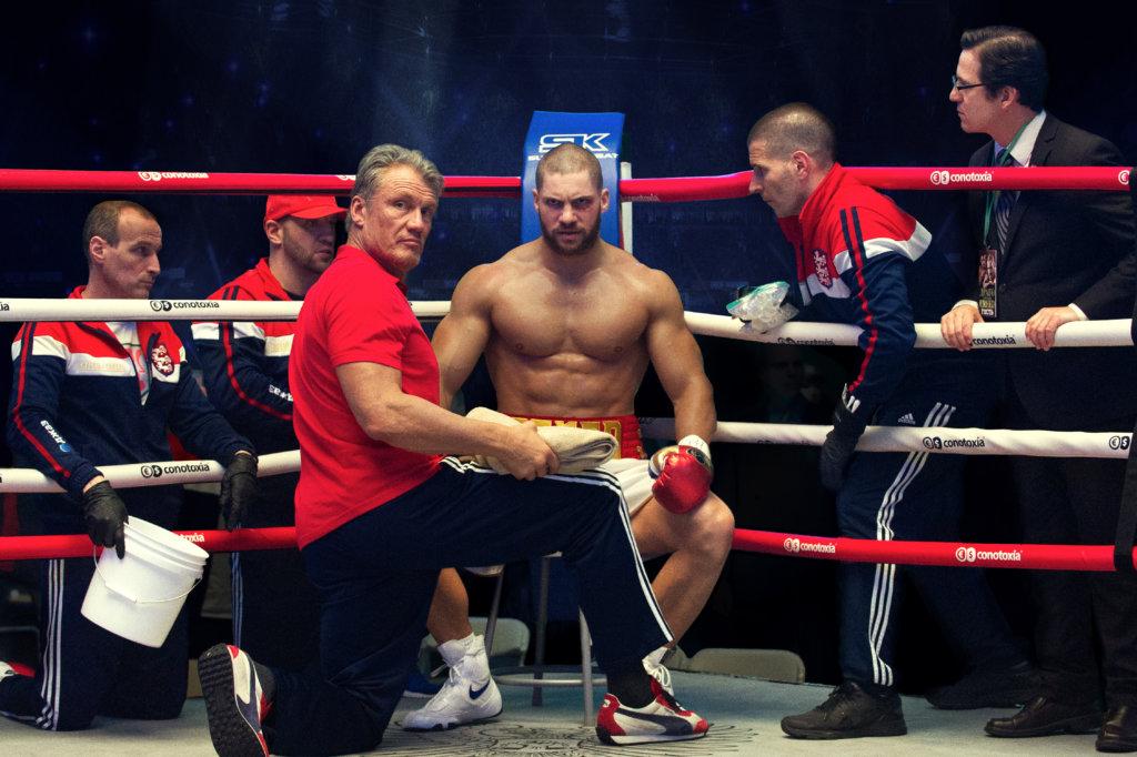 洛奇與亡友阿波羅三十多年前的死敵蘇聯佬,訓練兒子維多挑戰拳王寶座。