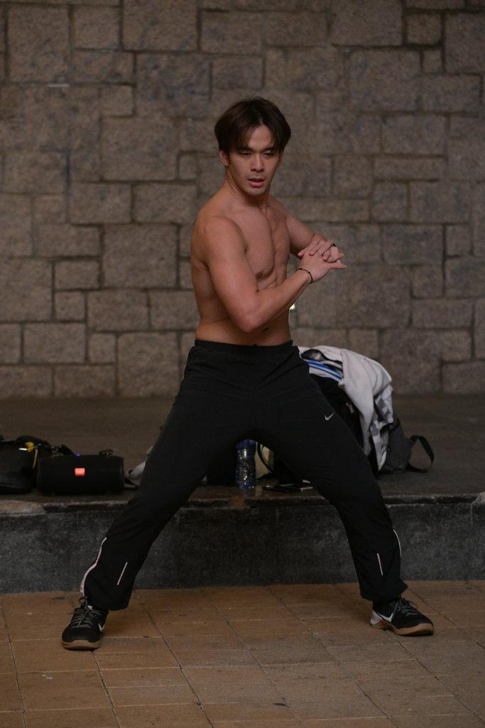 熱愛武術的龐景峰將武術與自由體操結合,每周有三晚在維園免費開班教健身。