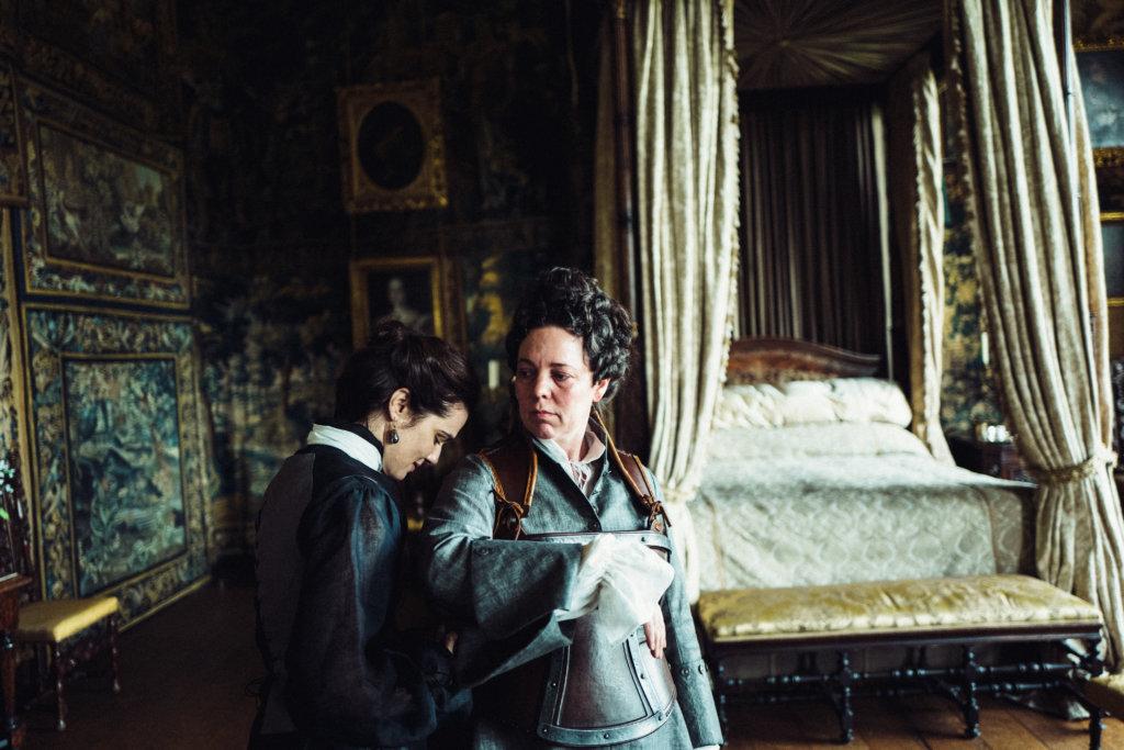 奧莉花高雯扮演體弱多病且性格乖戾的女王,與麗素飾演的閨蜜馬爾博羅夫人有越軌關係。