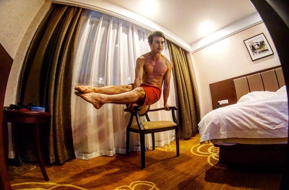 吳雲甫即使返回國內拍劇,也會在酒店房間就地取材,自我鍛鍊。
