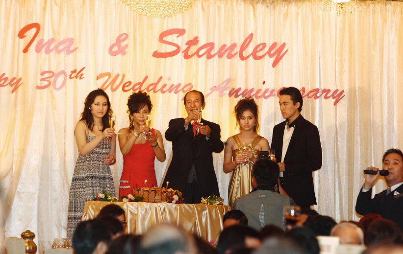 賭王與三太每年也會慶祝結婚周年紀念,夫婦兩人與三名子女一起接受大家的祝賀,隆重而溫馨。