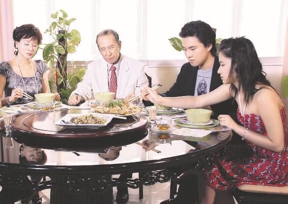 何鴻燊雖然很忙,但也會抽空與超雲、超蓮及猷啟吃晚飯溝通,享受天倫之樂。