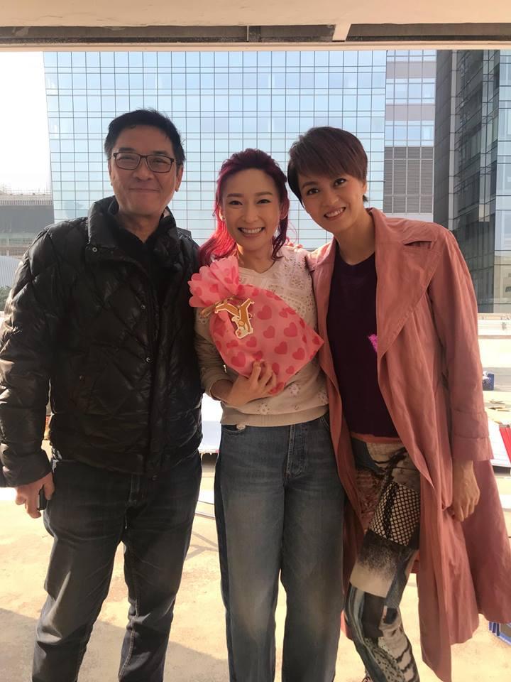 周家怡稱拍關錦鵬的戲沒壓力,對方斯文有禮,耐心指導;戲中她飾演梁詠琪助理。