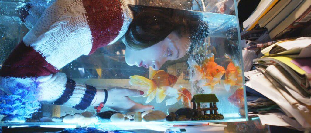 電影隱約會讓你感覺她是一條魚,在陸地生活並不習慣。