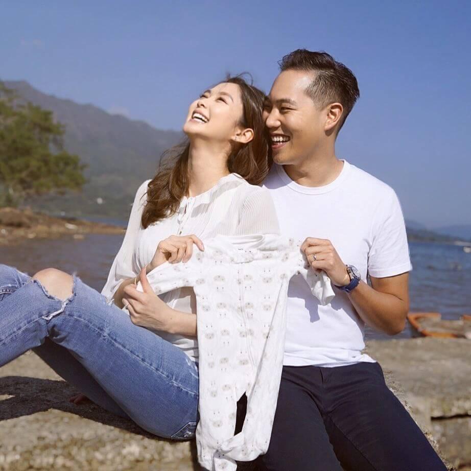 香香去年底於ig宣布有喜,更貼上與強強手執BB衫的照片。