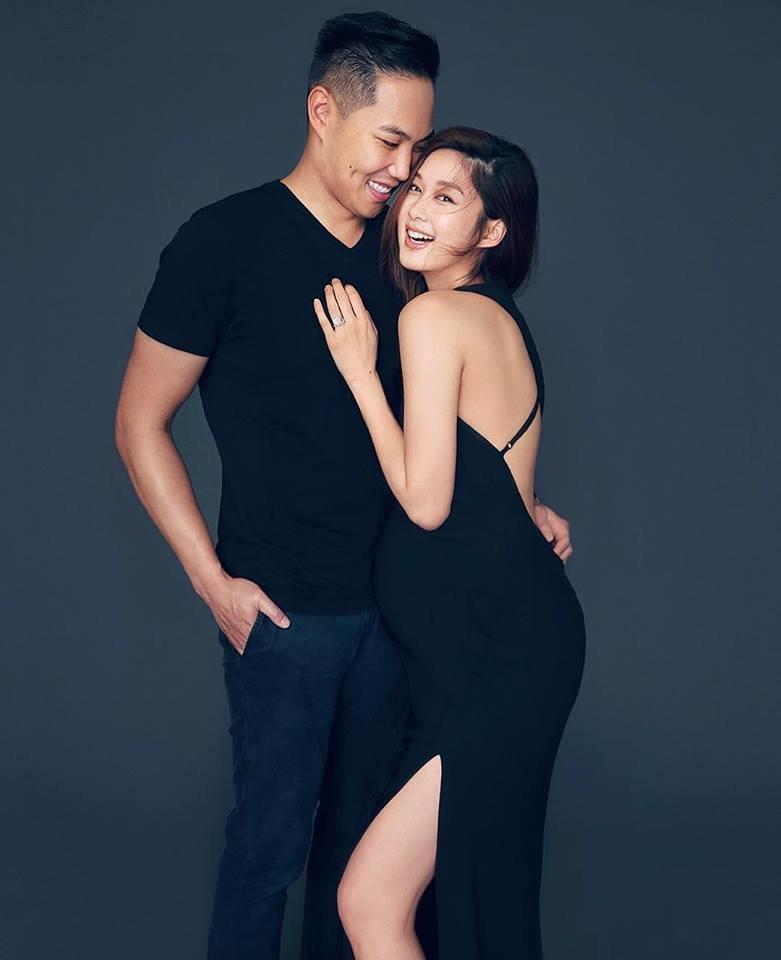 香香戴上鑽戒,甜蜜地依偎在老公懷中,兩人同樣露出幸福笑容。