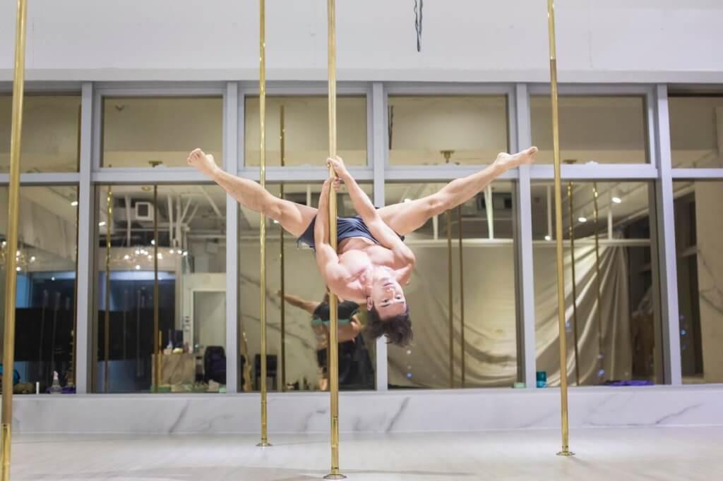 TRX懸吊訓練是近年流行的健身方式,是全身性的肌力訓練,利用自己的體重作為阻力,調整傾斜角度或姿勢來控制運動強度。