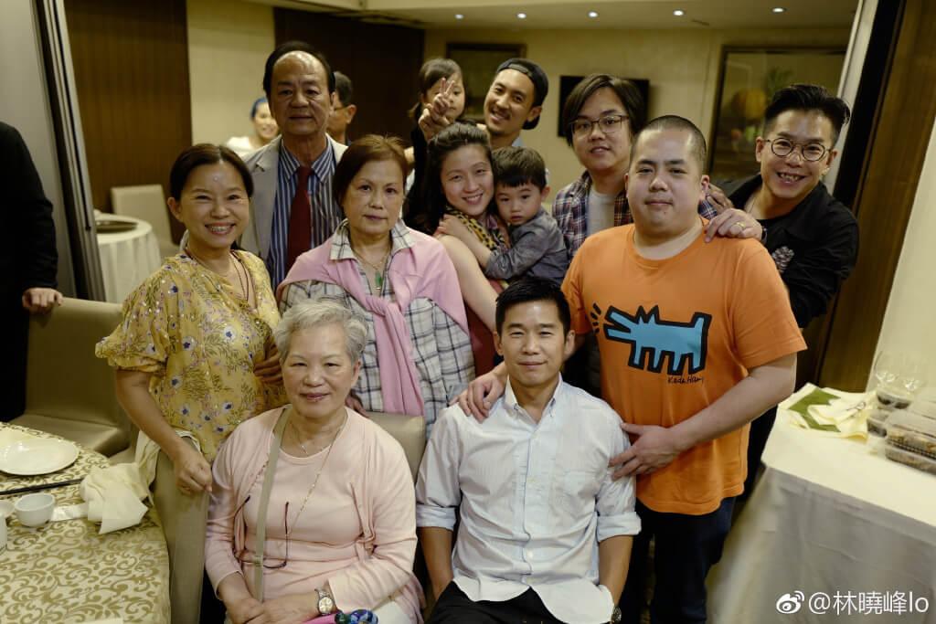 林珊珊、林海峰、林曉峰這個大家族聚首一堂,還有舅父狄龍都在場。