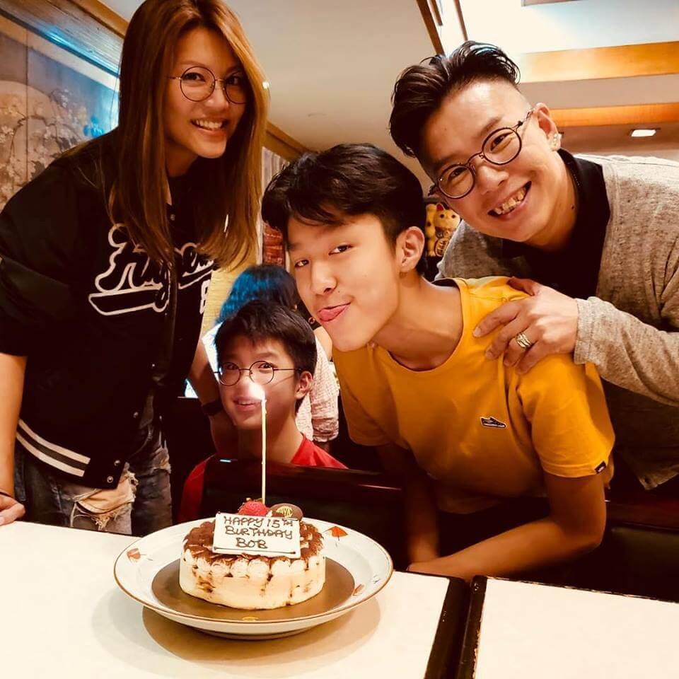 大仔Bob林寶十五歲生日,一家四口慶祝。